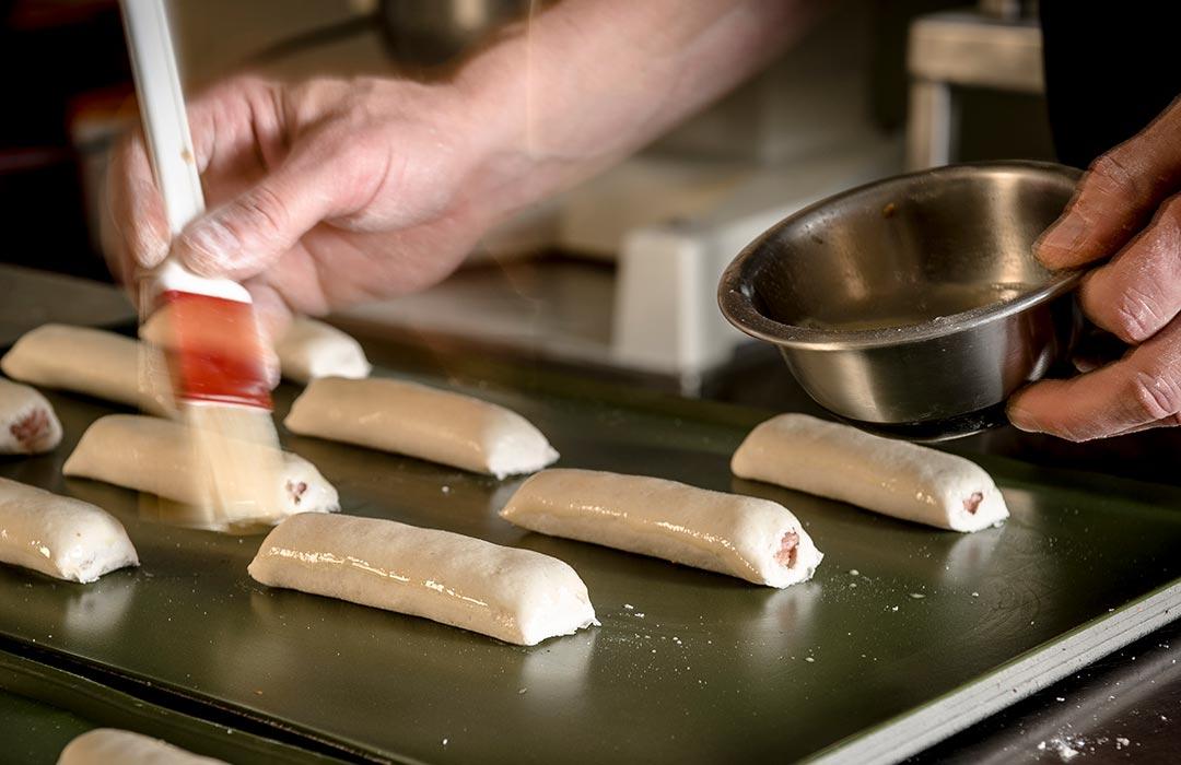 Worstenbroodje glutenvrij insmeren